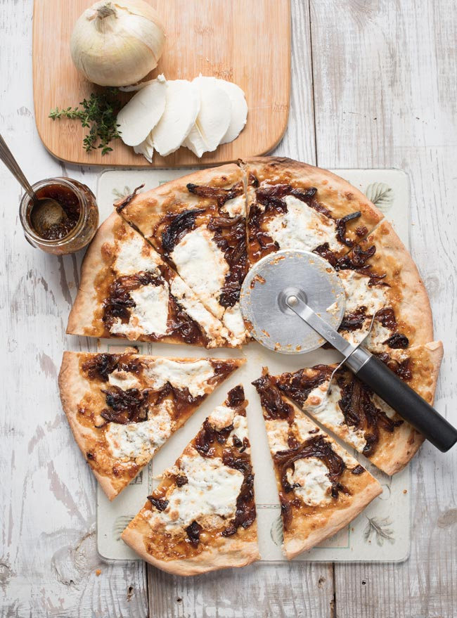 fig pizza with caramelized onions and fresh mozzarella