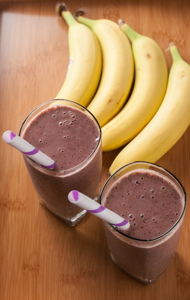 A smoothie filled with fruit, low-fat dairy and oatmeal can make a simple, filling breakfast that you can easily whip up on a hurried morning. Freezing fresh fruit beforehand will save time in the preparation, and using ingredients like banana slices and berries will thicken your smoothie — no ice required.